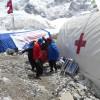 10 Patient wird zum Hubschrauber getragen