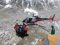 11 Patient wird zum Hubschrauber getragen 2