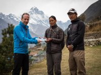 05 +£bergabe Spende an Kamphuti Sherpa aus Bubsha